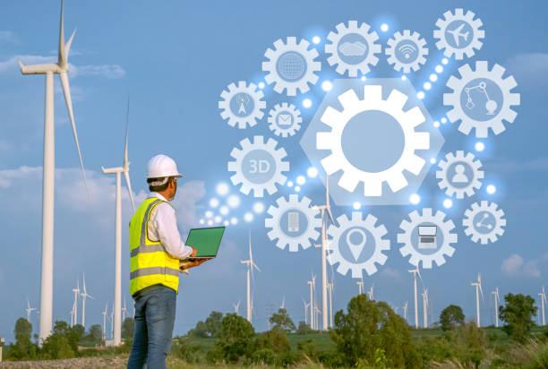 Turbina de viento Ingeniero Mecánico Asiático trabajando por computadora portátil en el campo de la turbina eólica, energía eólica y concepto de energía alternativa, industria de energía eléctrica, - foto de stock