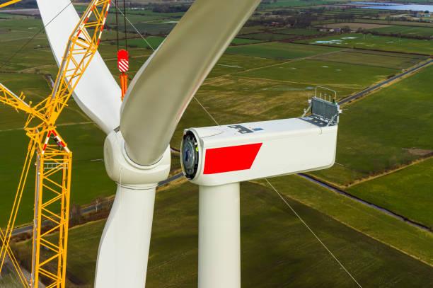 windkraftanlage bei der installation des sterns mit rotorblättern luftaufnahme und nahansicht - tim siegert stock-fotos und bilder