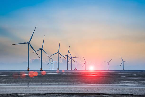 wind turbine farm mit strahlen Licht im Sonnenuntergang – Foto
