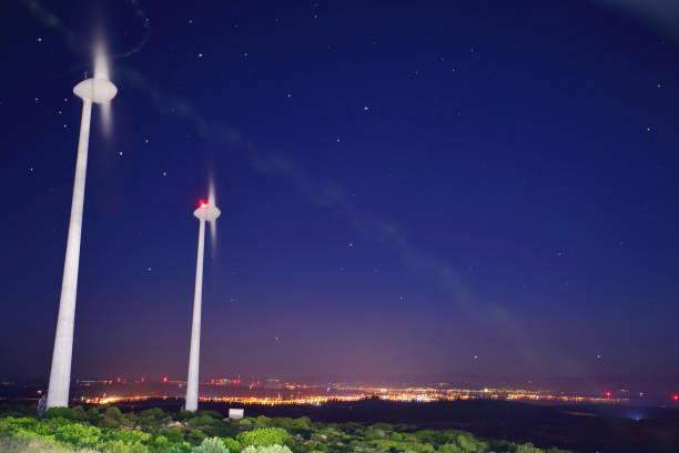 Turbina de vento na cidade luz - foto de acervo