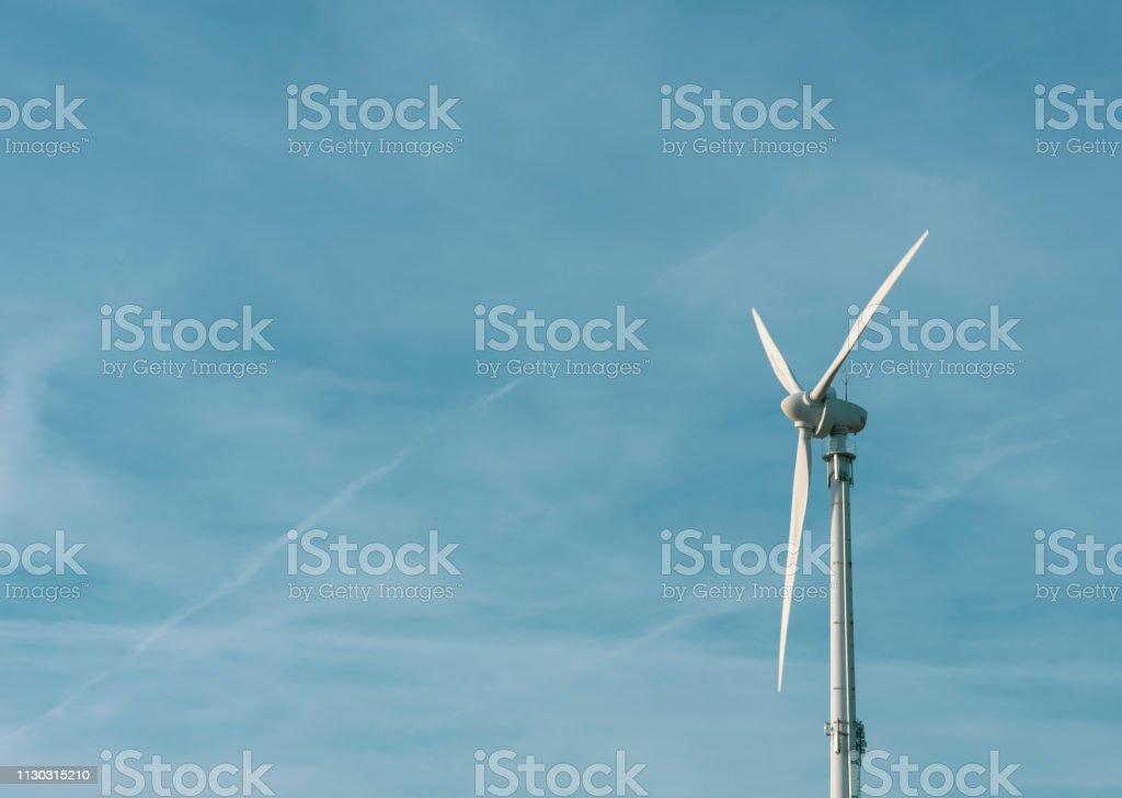 Windkraftanlage in den blauen Himmel mit Textfreiraum. – Foto