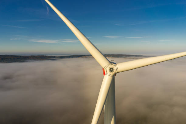 windkraftanlage im nebel in der waldluftansicht und nahansicht - tim siegert stock-fotos und bilder