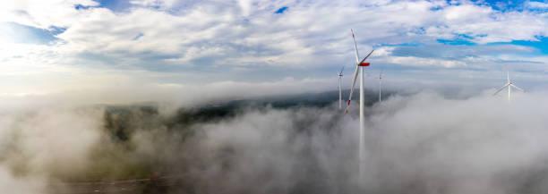 windkraftanlage im nebel im wald panorama-luftbild und nahaufnahme - tim siegert stock-fotos und bilder
