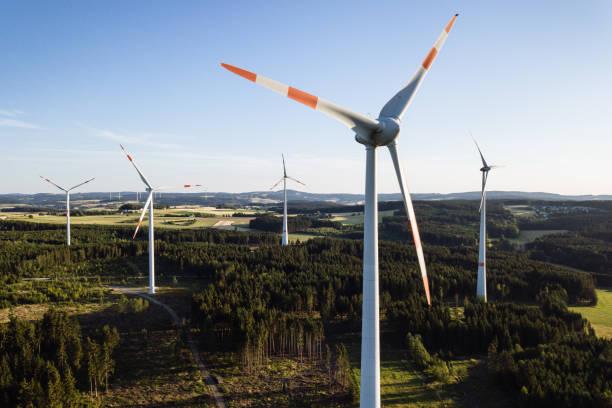 windkraftanlage im sonnenuntergang von der luft aus gesehen - co2 adapter stock-fotos und bilder