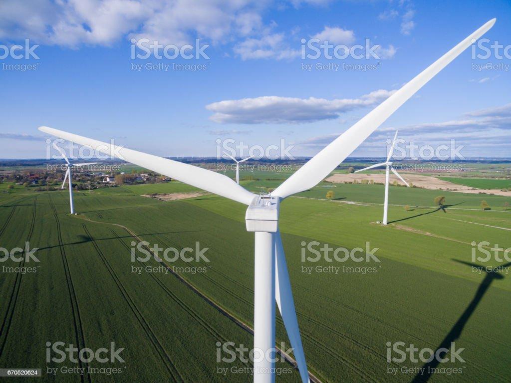 Windkraftanlage auf einem Feld aus Vogelperspektive. Nachhaltige Entwicklung, Umwelt-freundlich-Konzept. Windkraftanlage erneuerbare Energie geben. – Foto