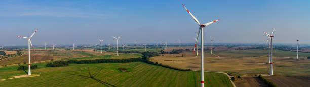 windkraftanlage panorama windpark luftbild und nahaufnahme - tim siegert stock-fotos und bilder