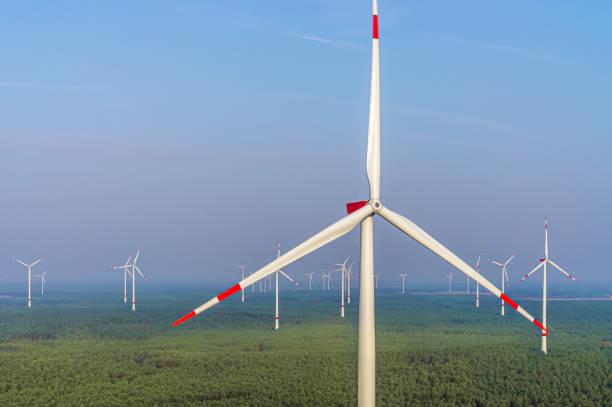 windkraftanlage panorama windpark in der waldluftansicht und nahansicht - tim siegert stock-fotos und bilder