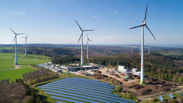 Windturbinenpark und Solarkollektoren-Luftaufnahme – Foto