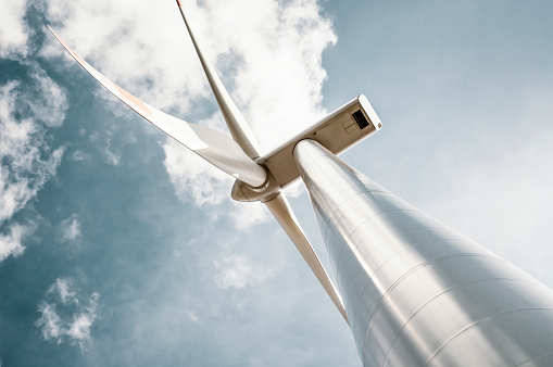 Windkraftanlage Mit Blau Grau Sky Stockfoto und mehr Bilder von Ausrüstung und Geräte