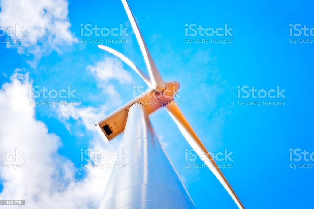 Windkraftanlage mit leichten blauen Himmel – Foto