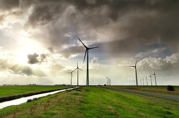 windturbines en regenachtige hemel in de Nederlandse landbouwgrond in de zomer foto