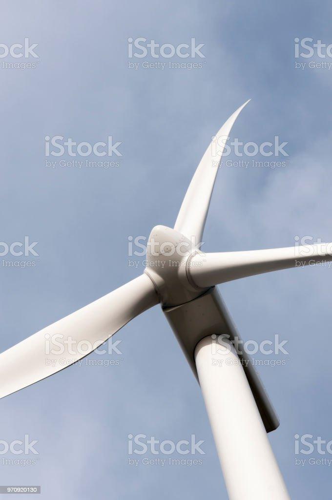 Windkraftanlagen auf einem Hügel in Nordirland – Foto
