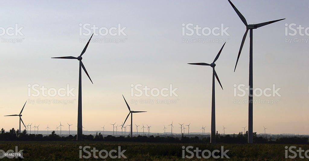 Windkraftanlagen am Harz-Nordrand zwischen Magdeburg und Quedlinburg royalty-free stock photo