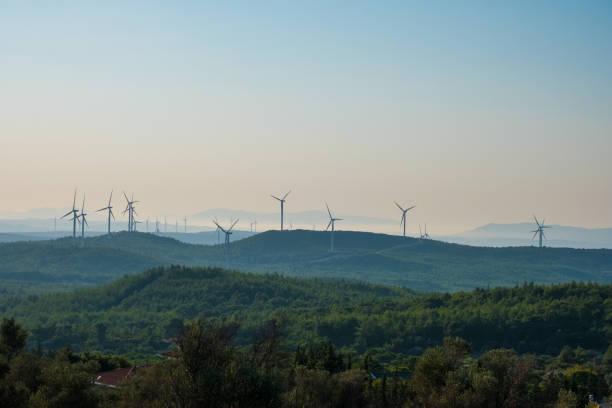 Windkraftanlagen über Berge – Foto