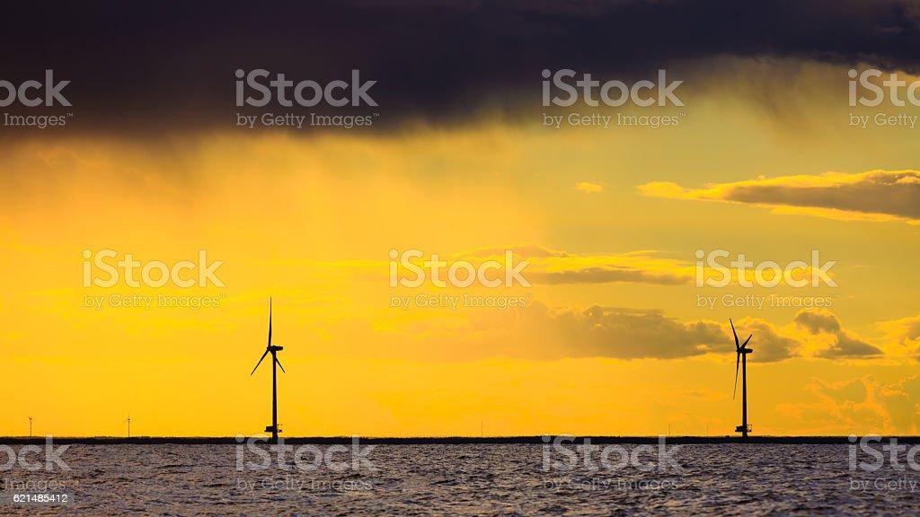 Turbine eoliche di fattoria lungo la costa del Mare Generatore  foto stock royalty-free