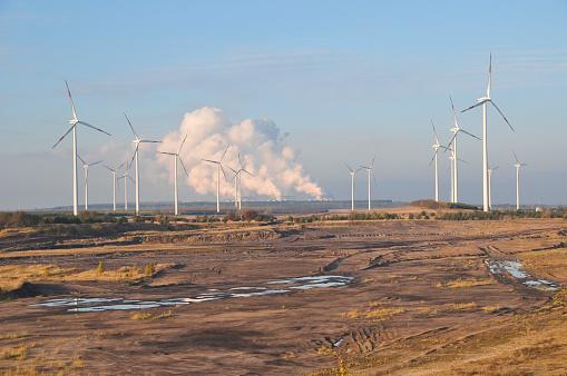 Windräder Auf Bergbau Feld Dem Kraftwerk Im Hintergrund Stockfoto und mehr Bilder von Abenddämmerung