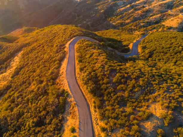 Verwinkende Bergstraße bei Sonnenuntergang in Kalifornien – Foto