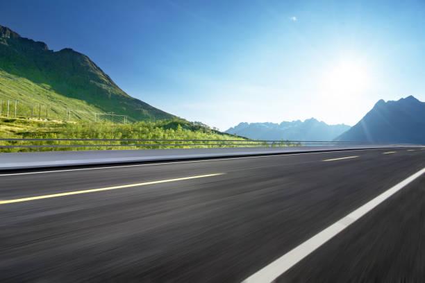 kurvenreiche bergstrasse ohne autos - verkehrsweg stock-fotos und bilder
