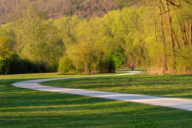 Verwinkelter Weg durch einen Park mit einem Biker – Foto