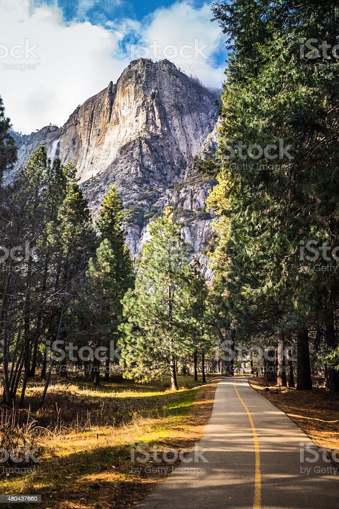 Bobinado ruta hasta cascadas de Yosemite, California, USA - foto de stock