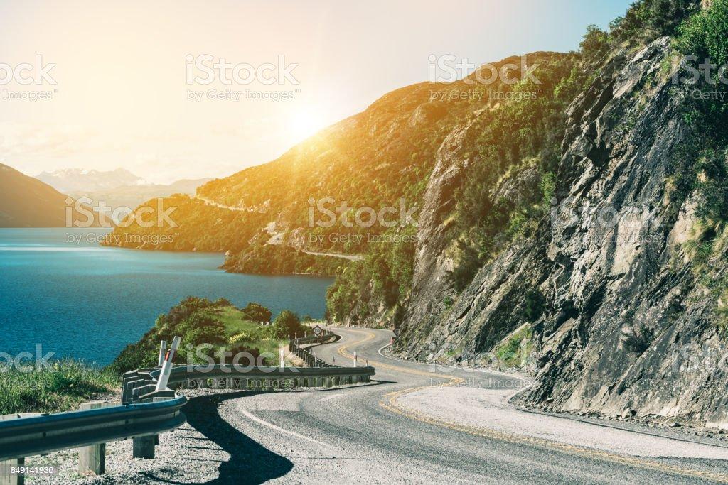 Kurvenreiche Straße entlang der Klippe und See – Foto