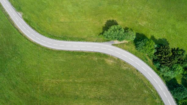 Kurvenreiche Strecke und Auto – Foto