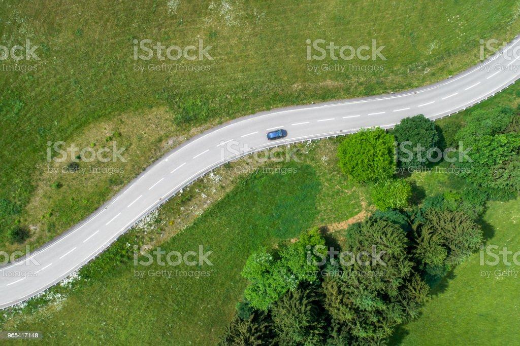 와인딩도로 자동차 - 로열티 프리 0명 스톡 사진