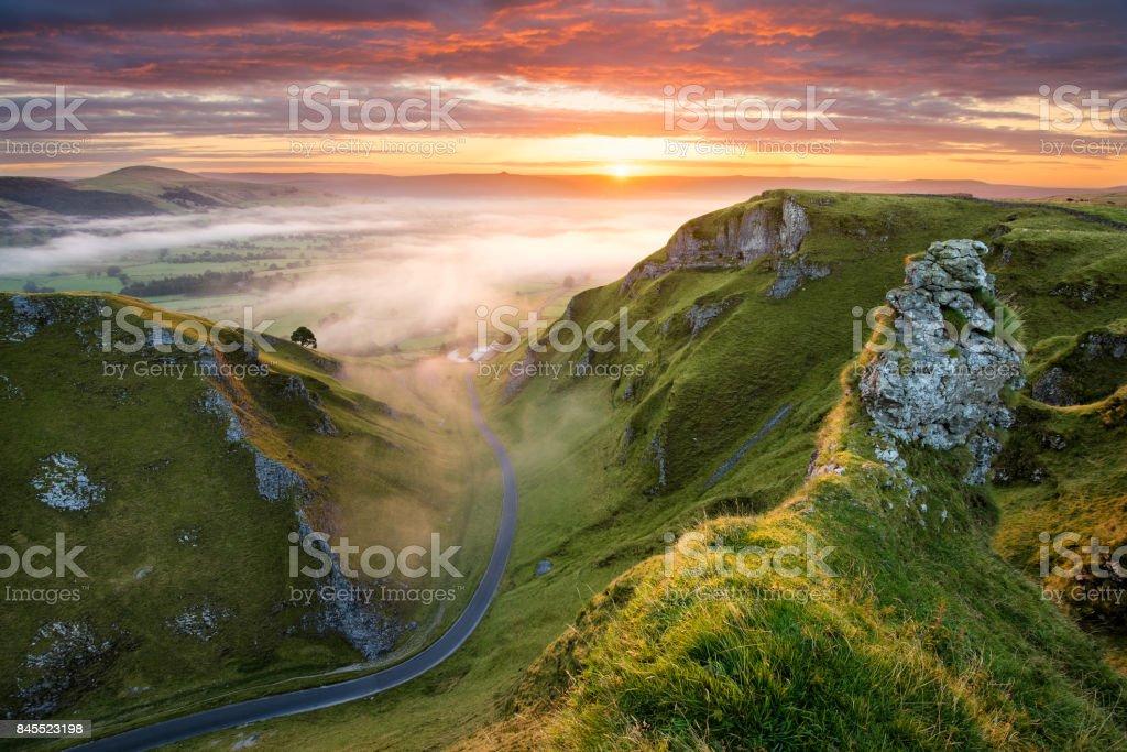 Route sinueuse au lever du soleil dans le Peak District. - Photo