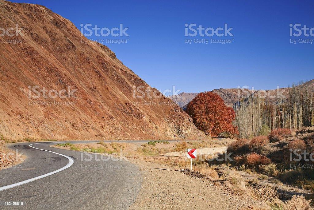 Carretera con curvas en otoño, Irán Karkas junto a las montañas foto de stock libre de derechos