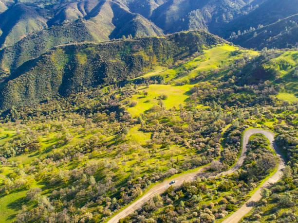 Verwinkelende Straße in den California Mountains. – Foto