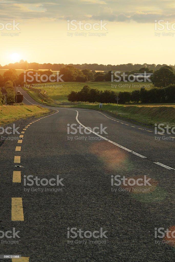 Winding road in dusk in Ireland foto royalty-free