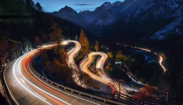 Kurvenreiche Straße von Maloja-Pass in der Schweiz – Foto