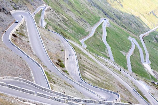 kurvenreiche straße stelvio mountain-pass - hotel alpenblick stock-fotos und bilder