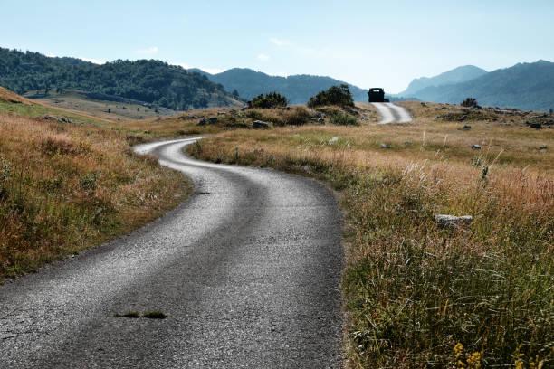 sinuoso camino rural en la meseta de lukavica, montenegro - antigua yugoslavia fotografías e imágenes de stock
