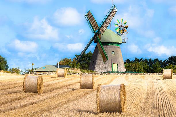 Windmühle auf der Vorderseite des corn field – Foto
