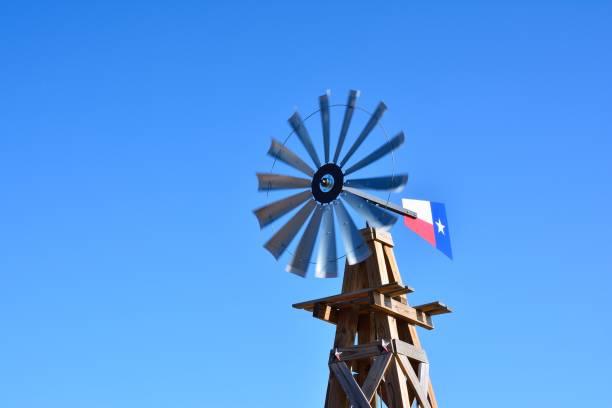 Windmill on an agricultural farm – zdjęcie