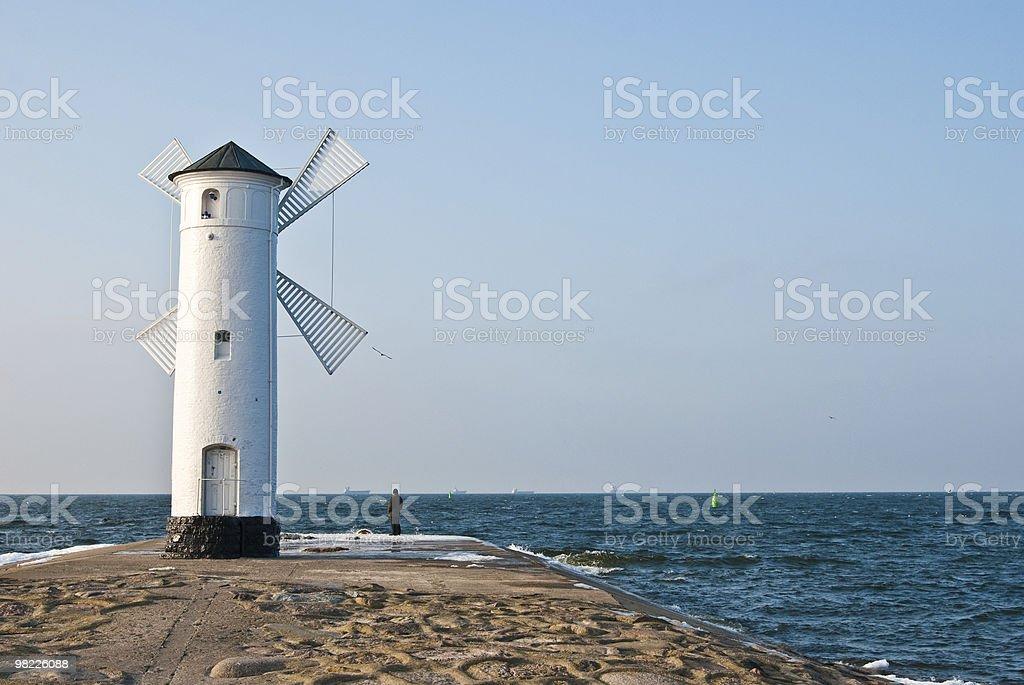 Mulino a vento sul mare foto stock royalty-free