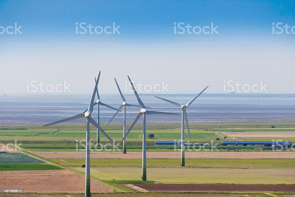 Moinhos de vento e Mar de wadden na área do mar do norte da Alemanha - foto de acervo