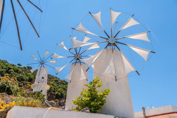 windmills in the mountains near the lassithi plateau - плато стоковые фото и изображения