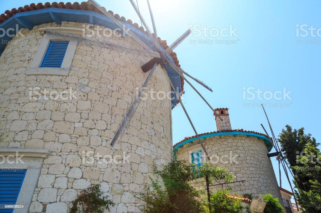 Windmolens van Alacati met zon flare in Cesme, Izmir, Turkije foto