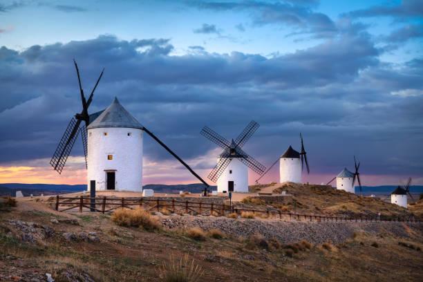 Windmühlen von Consuegra bei Sonnenuntergang, Spanien – Foto