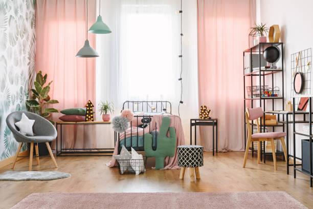 fenster und bett im schlafzimmer - promi zuhause stock-fotos und bilder