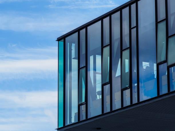 fenster und blauer himmel - hotels in kopenhagen stock-fotos und bilder