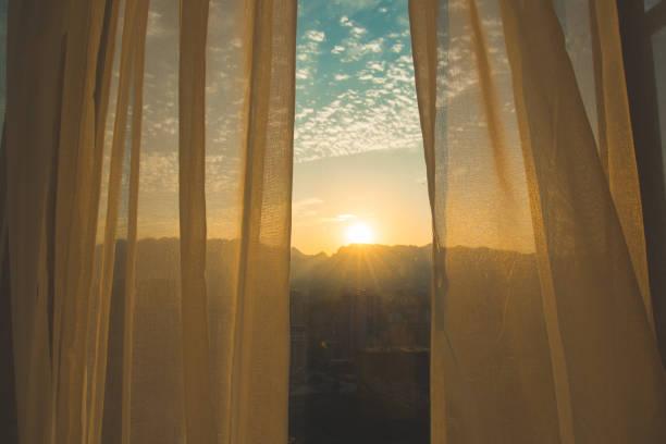 Fenstervorhang bei Sonnenaufgang – Foto