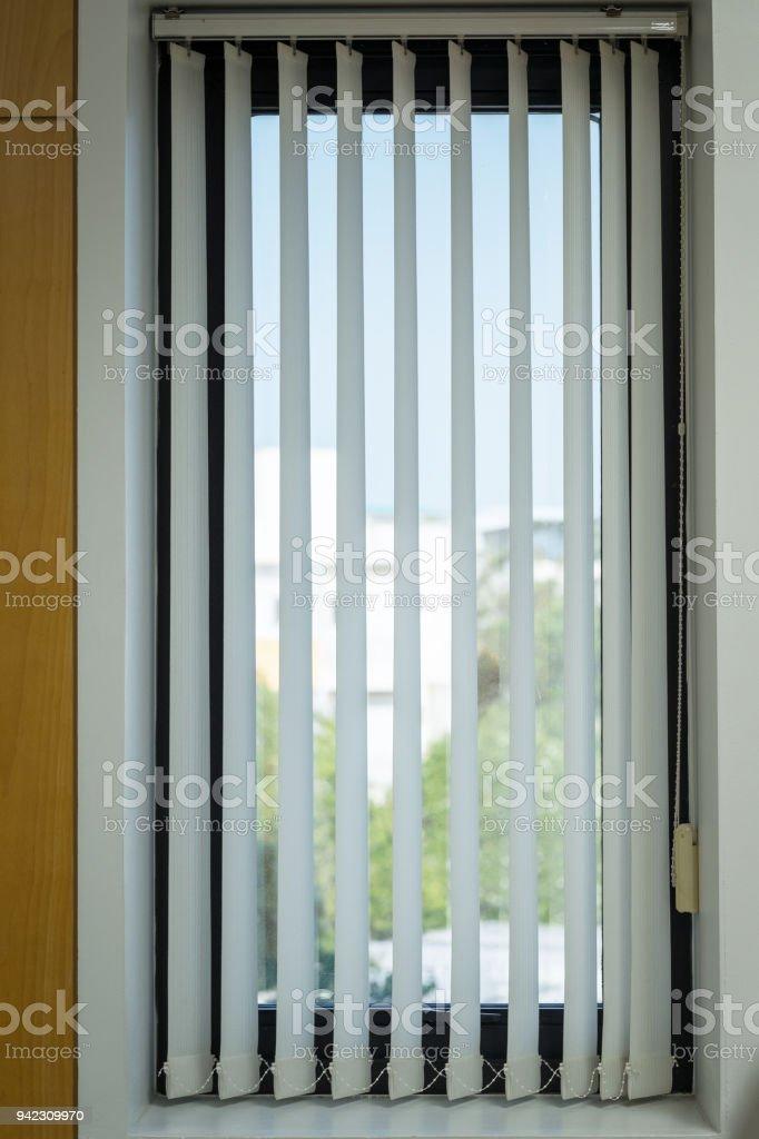 Vorhänge mit Sonnenlicht durch, Innenarchitektur, Jalousien am Fenster oder Jalousien Fenster. – Foto