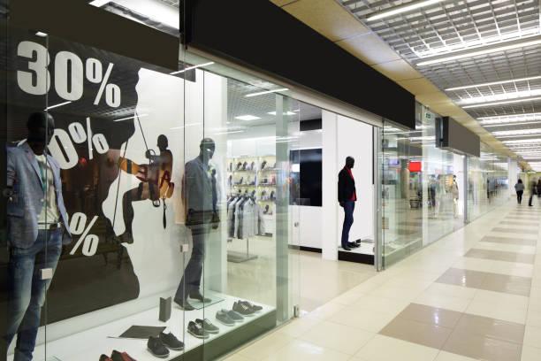 fenêtre de magasin européen magnifique - centre commercial photos et images de collection