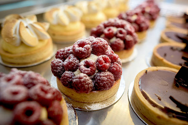 window of desserts at a pastry shop - panetteria foto e immagini stock