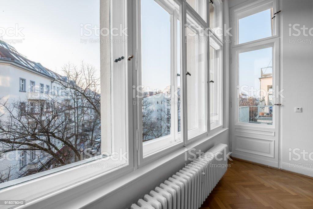 ventana antigua de madera doble windows en vez del edificio del siglo foto de stock libre de derechos