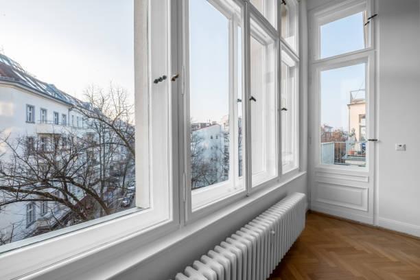 fenêtre, vieux bois doubles fenêtres à son tour du bâtiment du siècle - fenêtre photos et images de collection