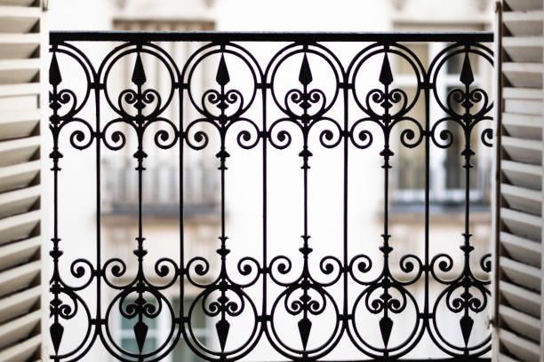 fensteröffnung, balkon in parisian home - fensterfront stock-fotos und bilder
